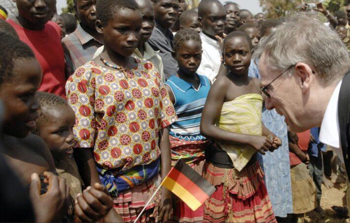 Federal President Horst Koehler in conversation with children